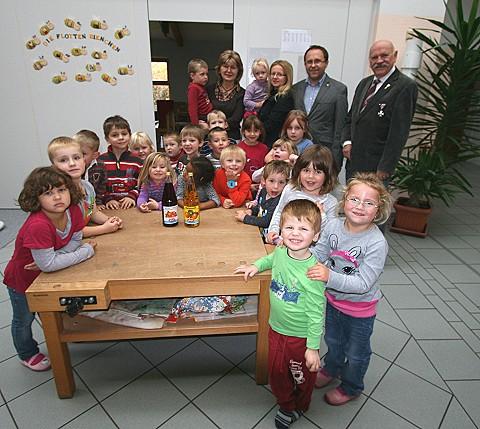 A donation of apple juice to the Marktzeuln Nursery
