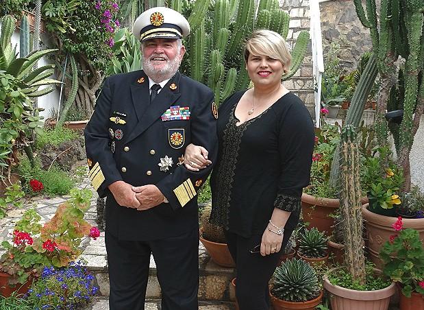 Der Kommandant mit unserer Fotografin Monica Suarez Farina